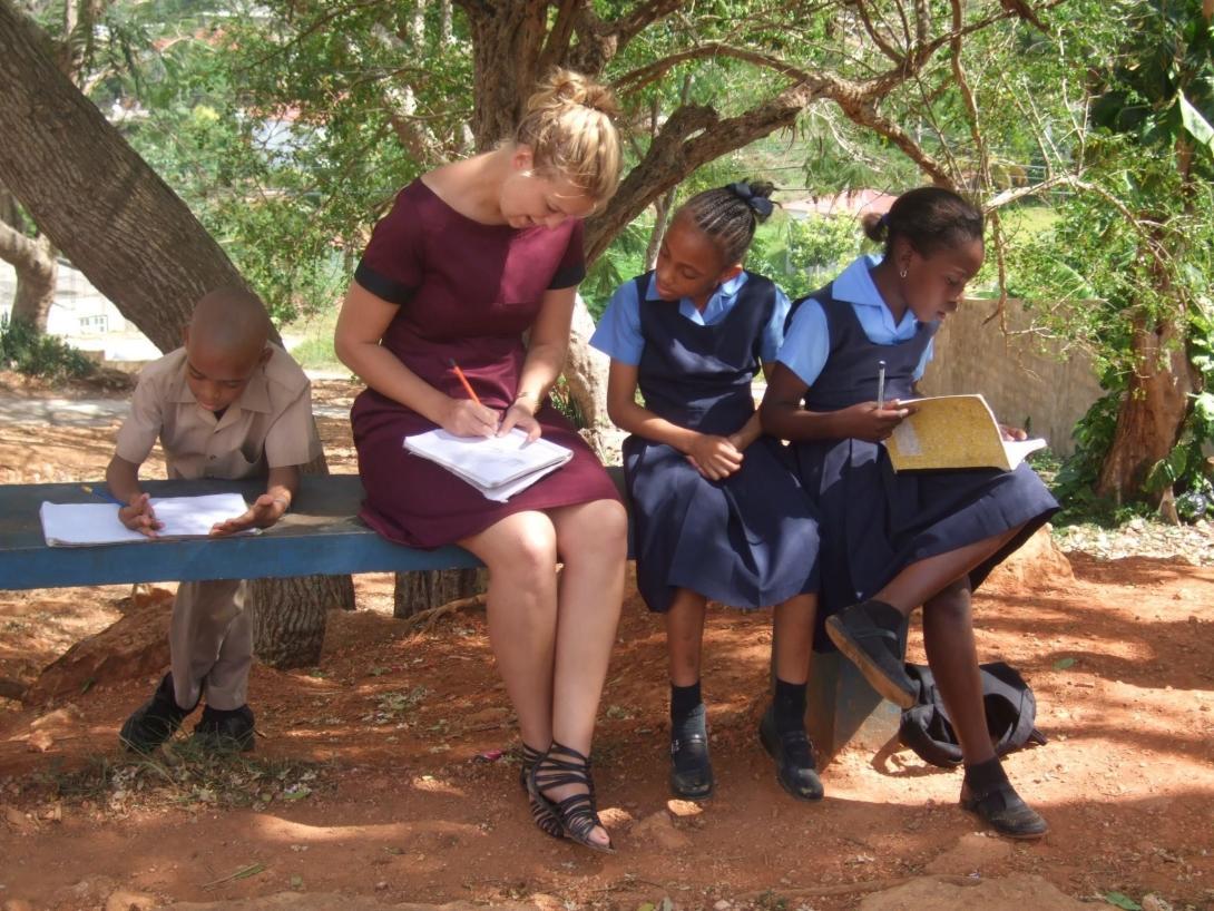 Voluntaria social ayudando en Jamaica en un centro de atención comunitaria en lugar de un orfanato.